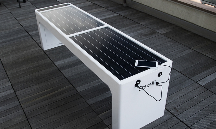 Steora smart bench Solarpanel. Smartbench.