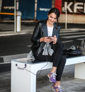Steora smart bench von Include. Intelligente Sitzbank. Digitale Parkbank.