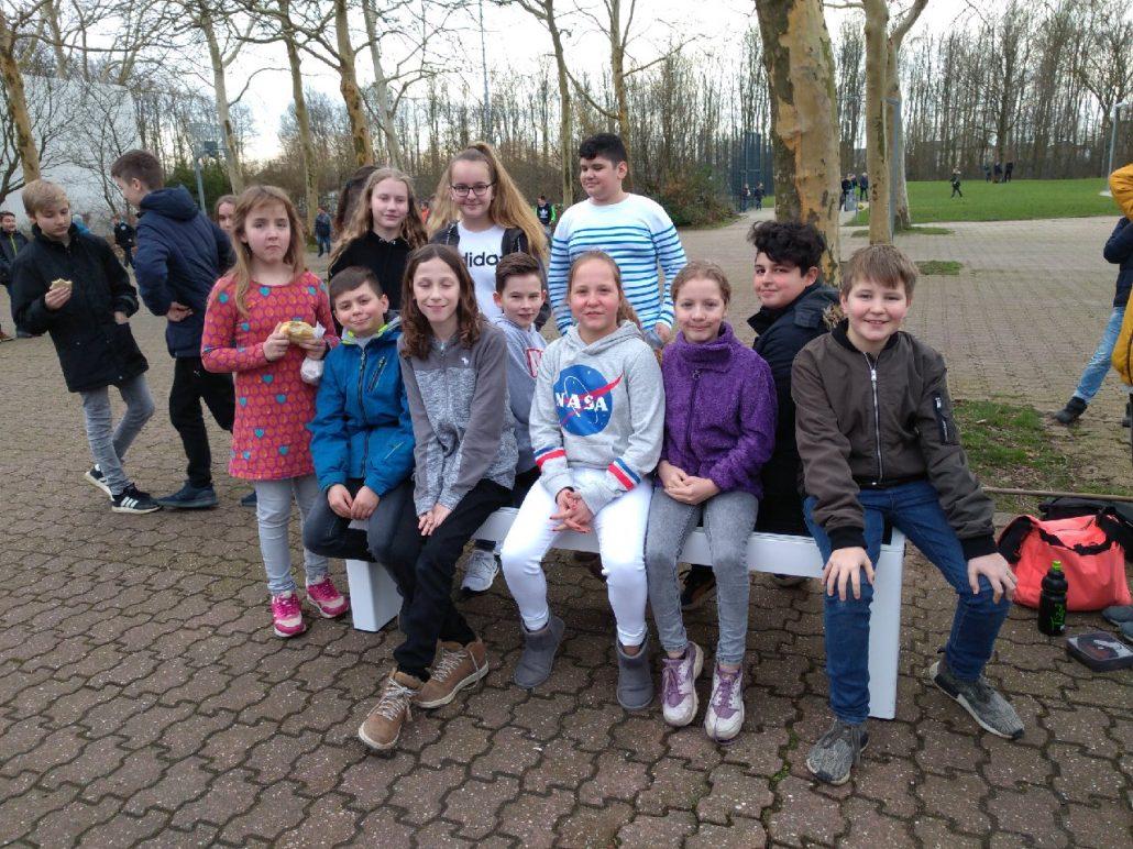 Schüler des Julius-Stursberg-Gymnasiums in Neukirchen-Vluyn erkunden die steora smart bench
